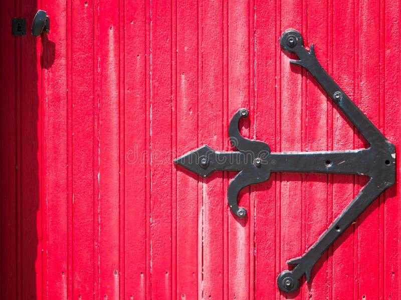 porte rouge en bois antique photos stock