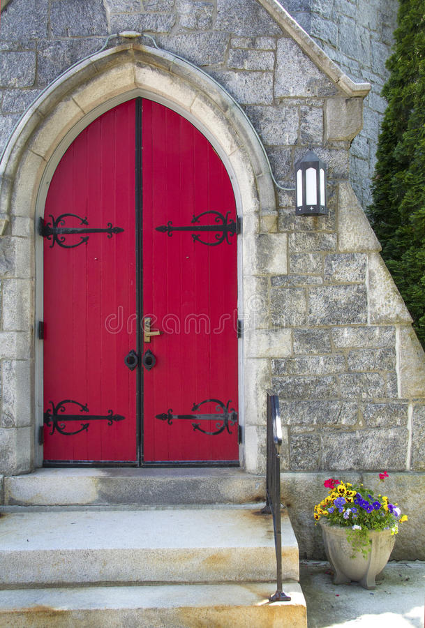 Porte rouge, fleurs dans le pot, église, Keene du centre, nouveau Hampshi image libre de droits