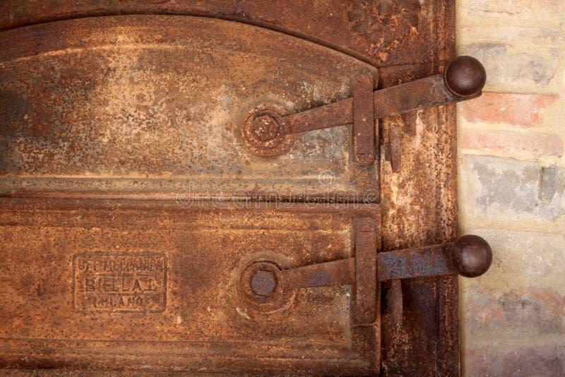 Porte rouillée d'un vieux four photo stock