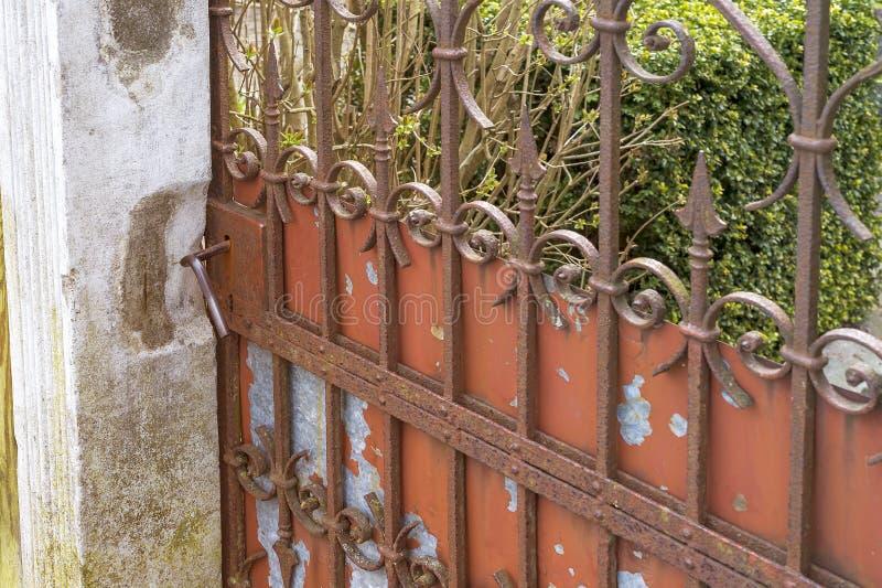 Porte rouillée de vieux fer images libres de droits