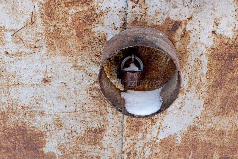 Porte rouillée en métal avec la serrure protégée, endroit pour photo stock