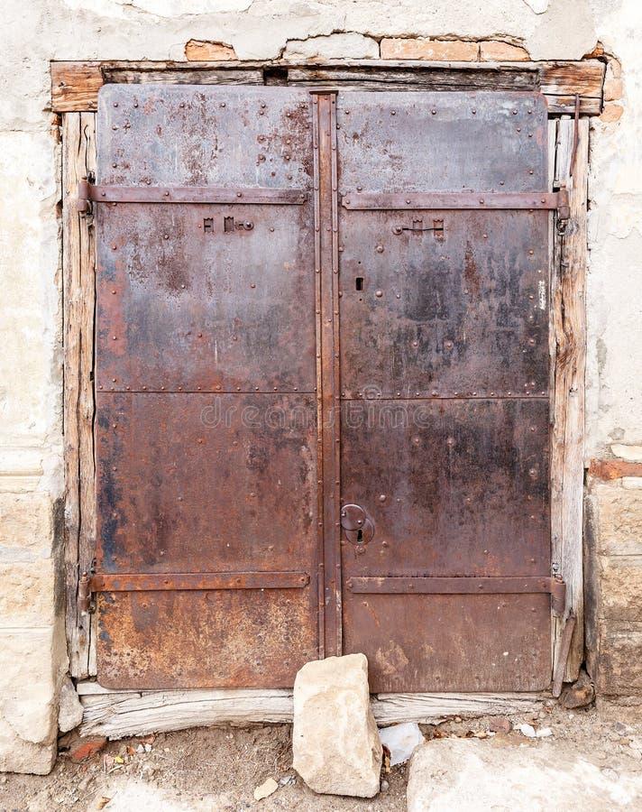 Porte rouillée vieil en métal image libre de droits