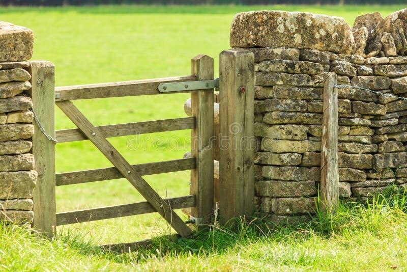Porte rustique dans le mur de pierres sèches dans Bibury Angleterre R-U photographie stock libre de droits