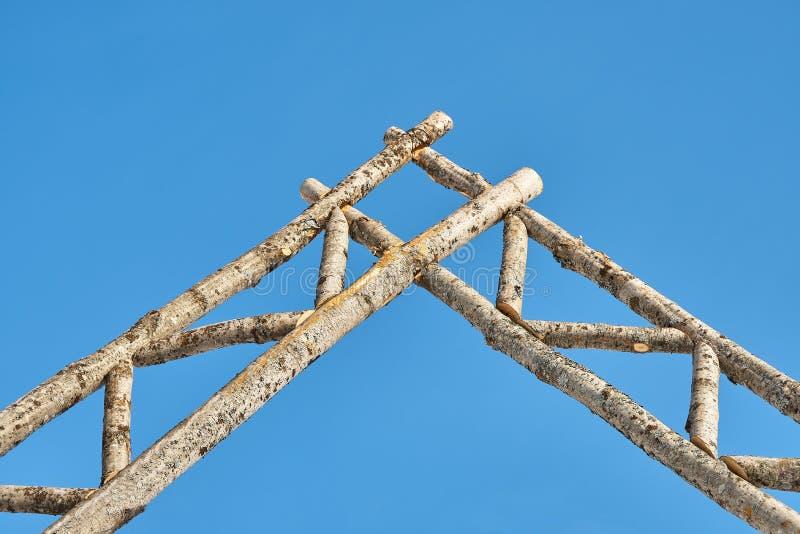 Porte rustique faite de rondins image stock