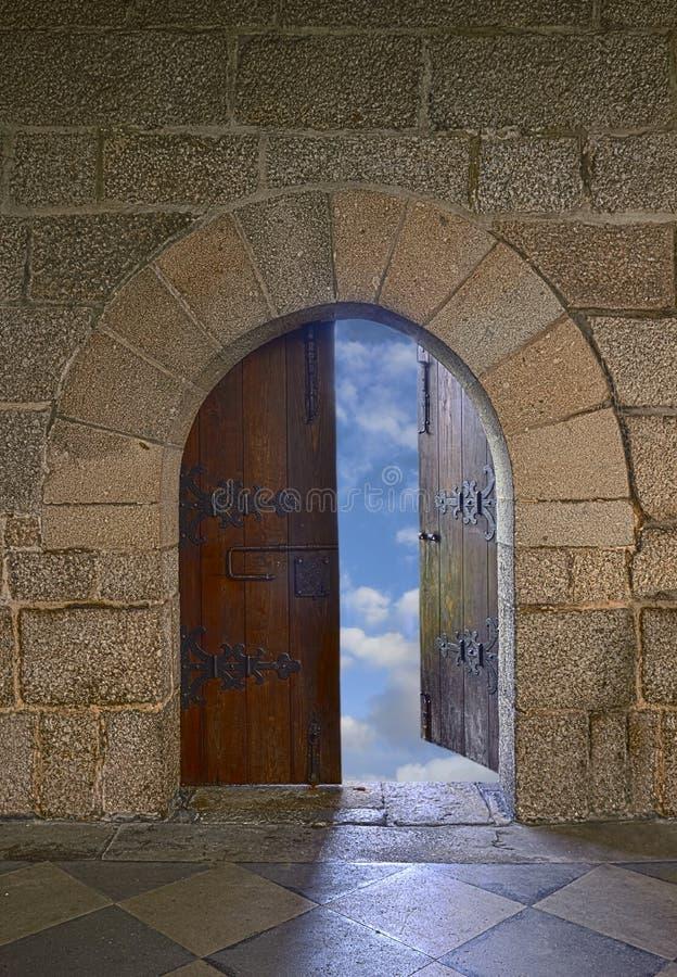 Porte s'ouvrant à un beau ciel nuageux photographie stock libre de droits