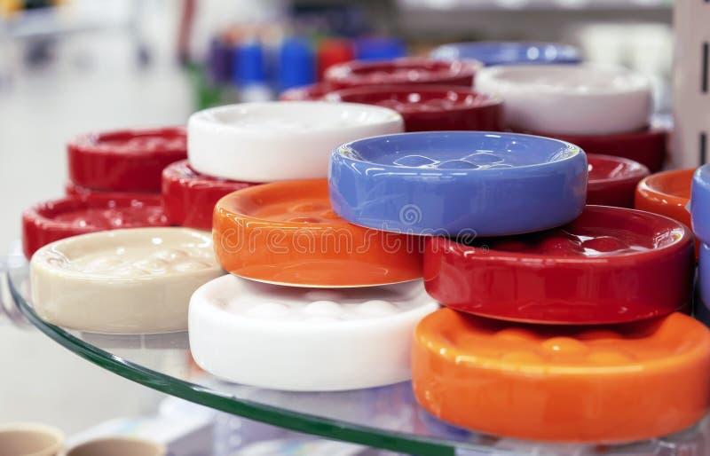 Porte-savon en céramique ronds de couleurs lumineuses image stock