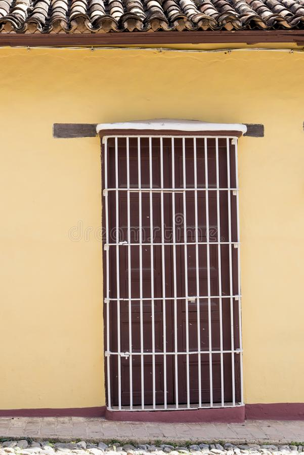 Porte sur des rues du Trinidad, Cuba images libres de droits
