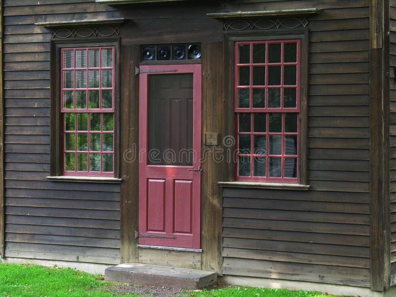 Porte sur la maison de cru photo stock