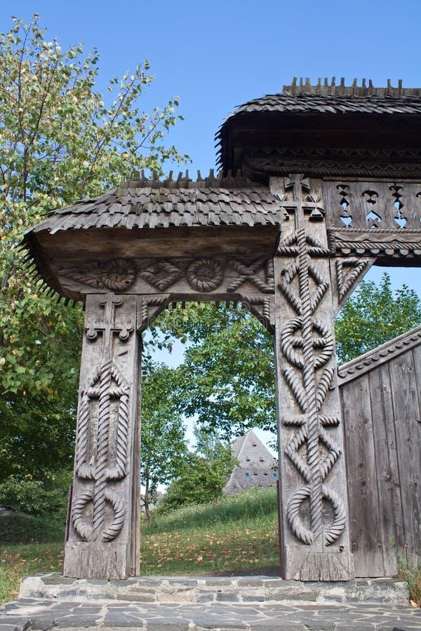Porte traditionnelle dans Maramures, Roumanie photographie stock
