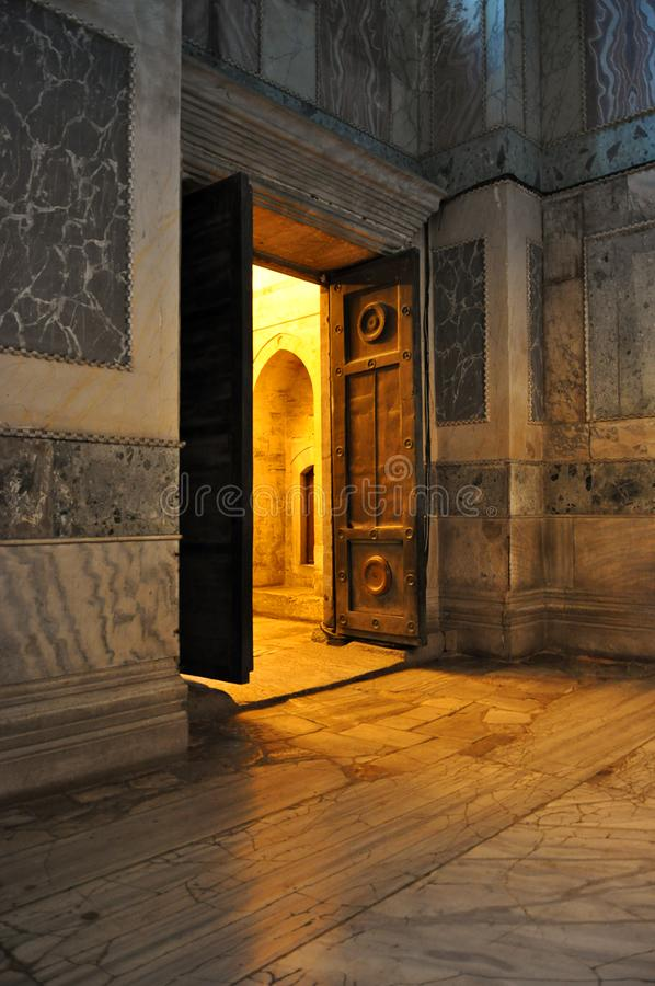 Porte traversante brillante légère dans Hagia Sophia image libre de droits