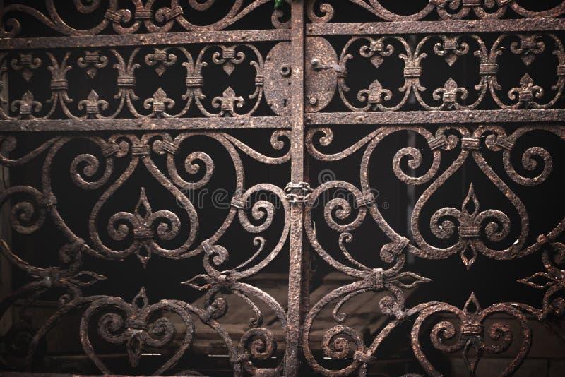 Porte vénitienne fleurie de vintage photographie stock libre de droits