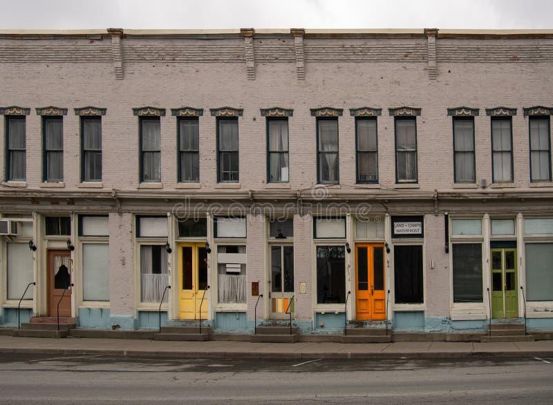 Porte variopinte nella cittadina fotografie stock libere da diritti