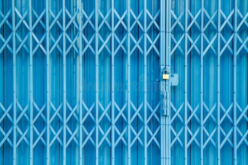 Porte verrouillée en acier de volet de glissière antique, fond de texture photo libre de droits