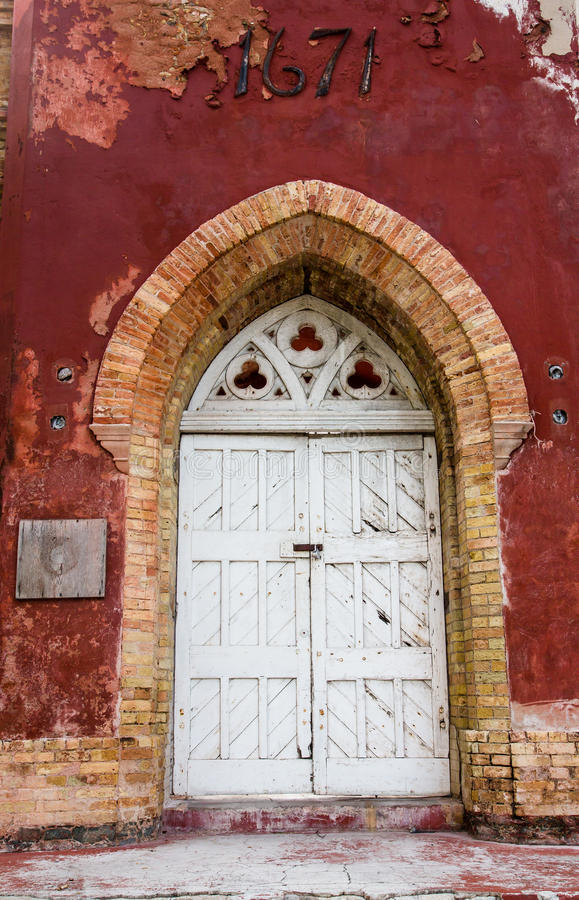 Porte verrouillée sur la vieille porte de château images libres de droits