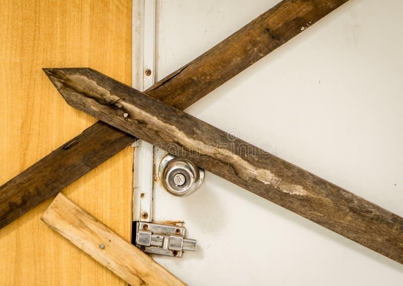 Porte verrouillée vers le haut de solidement avec la planche en bois images libres de droits