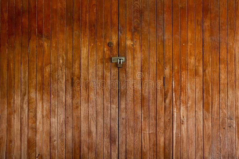 Porte verrouillée vieil en bois photo stock