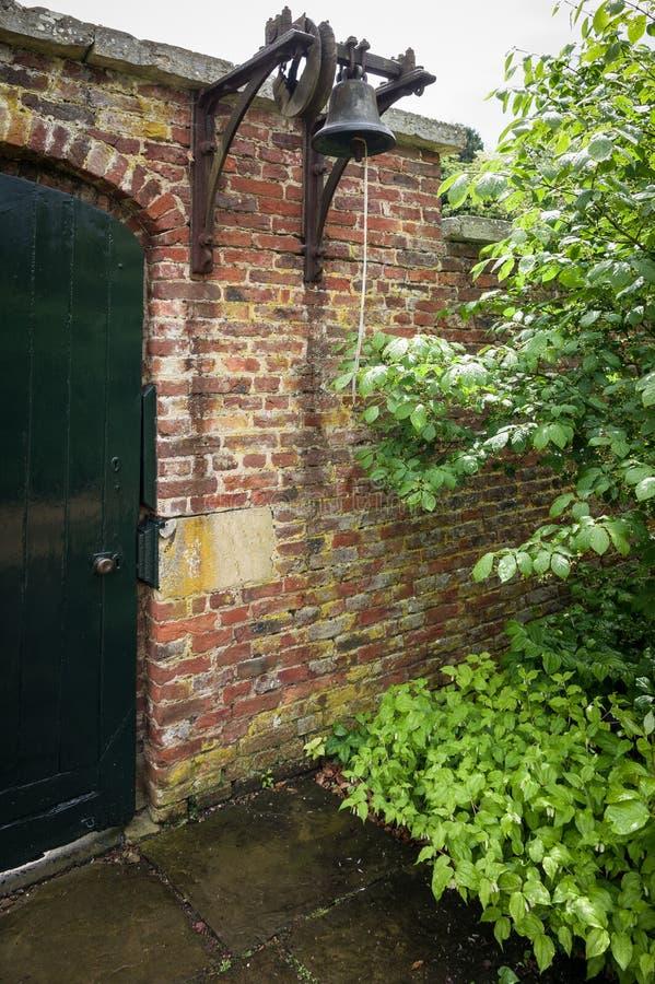 Porte verte de jardin - Bell image stock