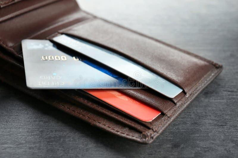Portefeuille avec des cartes de crédit sur la table photo stock