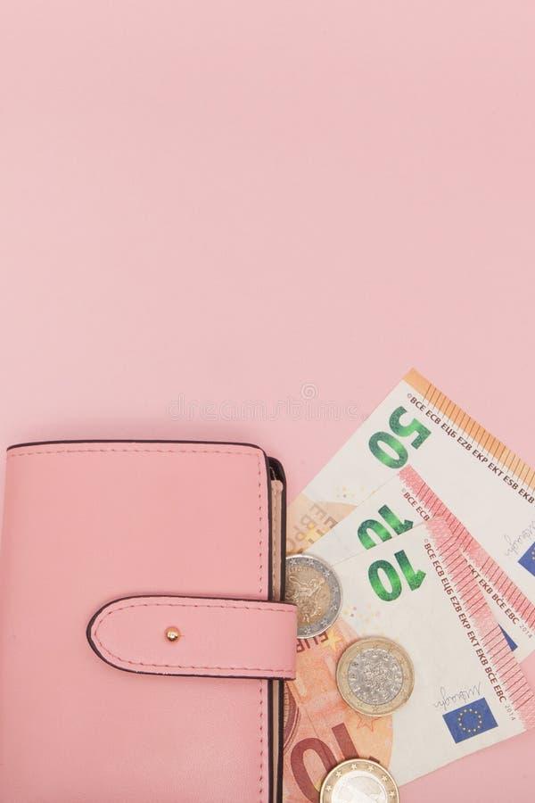 Portefeuille avec l'euro devise sur un fond bleu vibrant Concept et Instagram d'affaires photo libre de droits