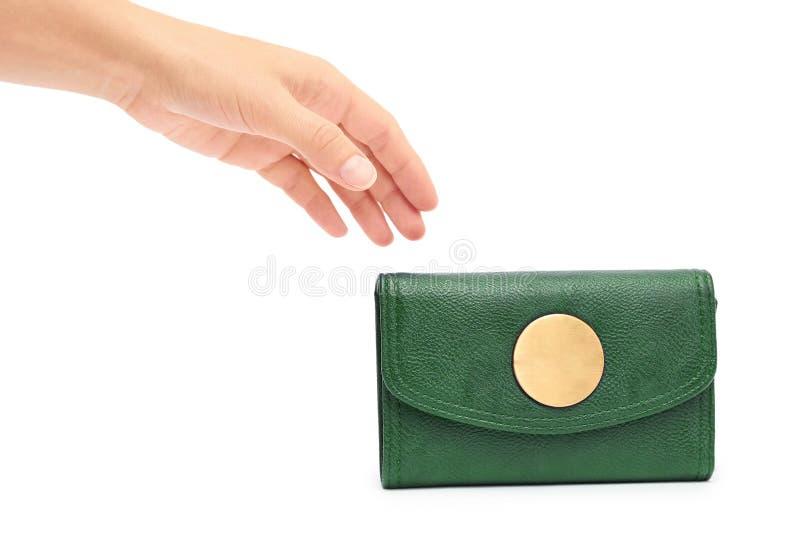 Portefeuille de cuir de prise de main de femme d'isolement sur le fond blanc images stock