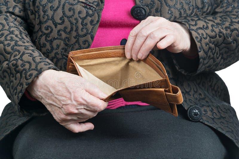 Portefeuille in de handen oude vrouw stock foto's
