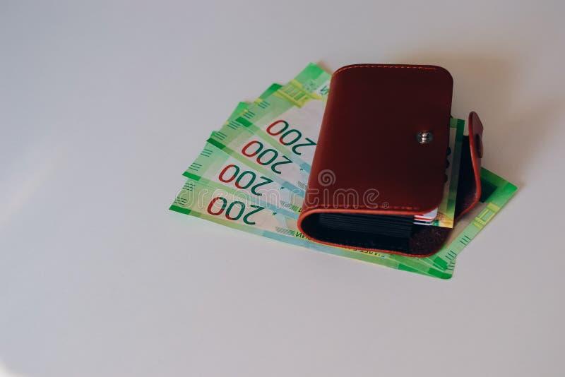 Portefeuille en cuir de Brown avec les cartes en plastique et banque des billets de banque de la Russie Argent russe pour 200 rou images libres de droits