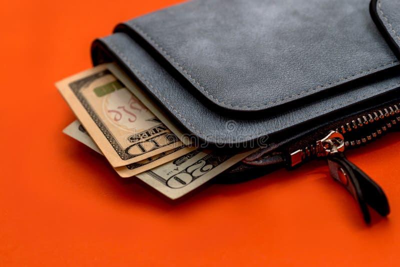 Portefeuille en cuir gris avec le dollar images libres de droits