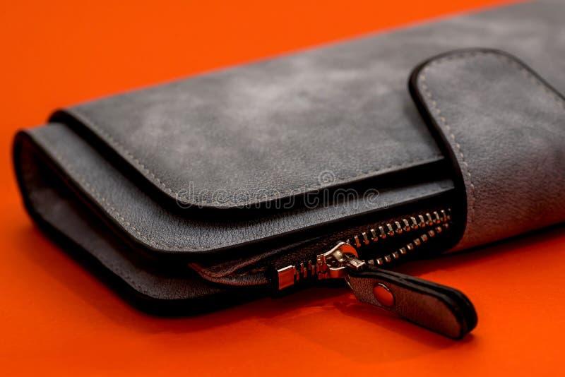 Portefeuille en cuir gris sur l'orange photographie stock libre de droits