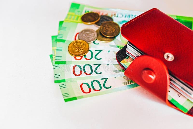 portefeuille en cuir marron avec cartes en plastique et billets de banque de Russie L'argent russe pour 200 roubles et pièces de  image libre de droits