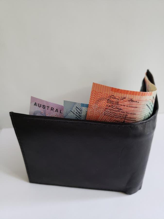 portefeuille en cuir noir avec les billets de banque australiens et le fond blanc photo libre de droits