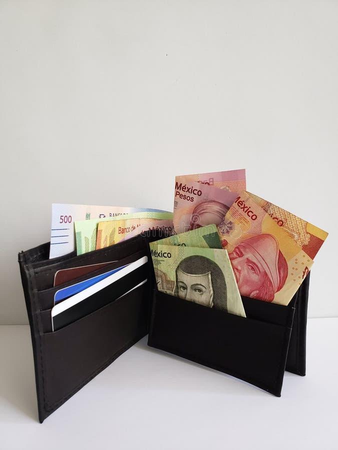 portefeuille en cuir noir avec les billets de banque mexicains et le fond blanc image libre de droits