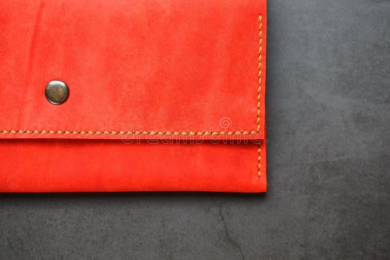 Portefeuille en cuir rouge sur une vue supérieure de fond foncé Plan rapproché, détails de bourse, rivet et progiciels photographie stock libre de droits