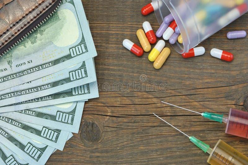 Portefeuille met Amerikaanse dollarcontant geld en Spuit Twee royalty-vrije stock afbeeldingen