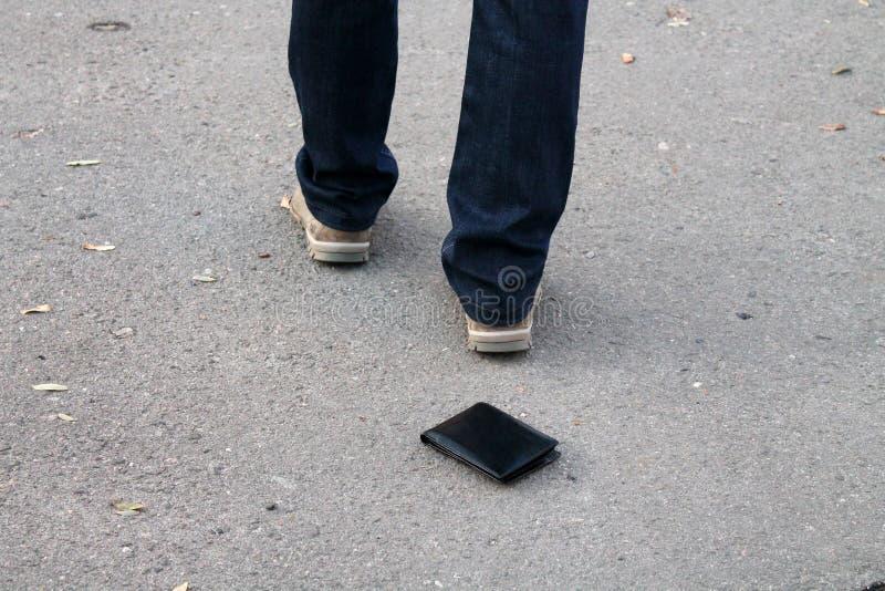 Portefeuille perdu sur le trottoir photographie stock libre de droits