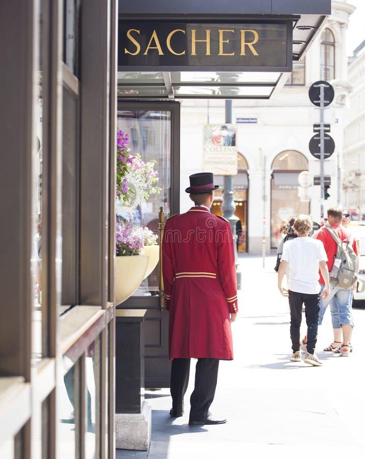 Porteiro ao lado da porta do hotel fotos de stock royalty free