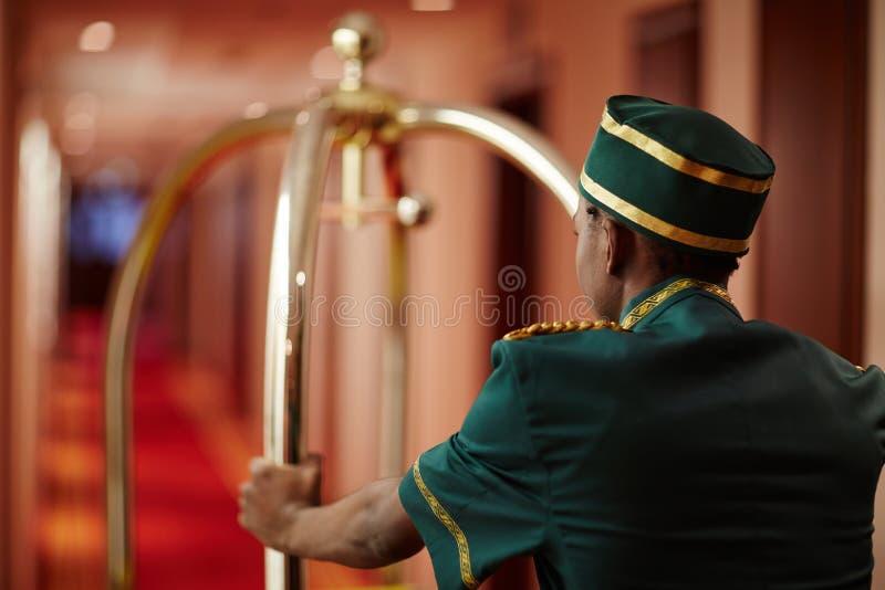 Porteiro Working em sacos levando do hotel imagem de stock royalty free