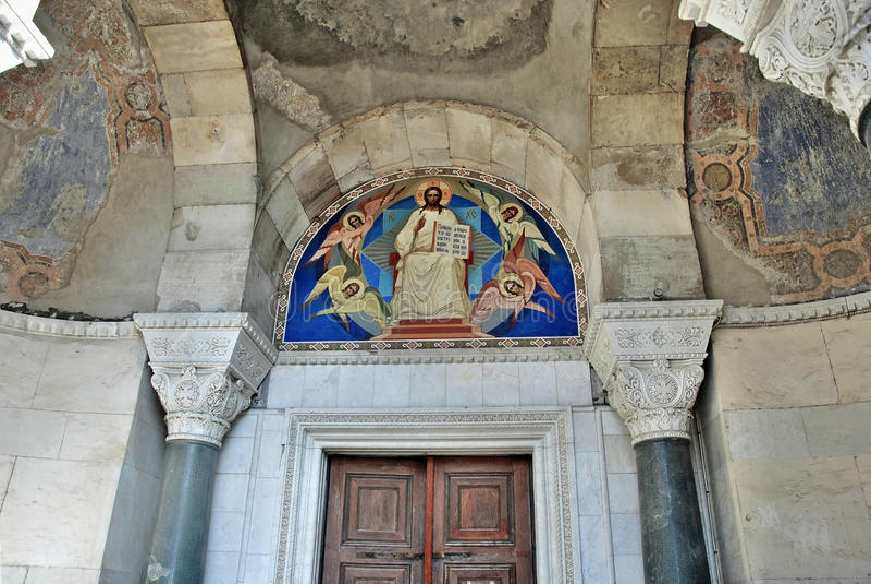 Portelli ed icona della chiesa sopra lei fotografia stock