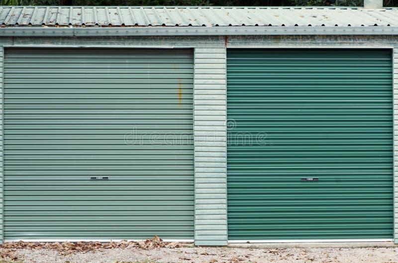 Portelli verdi del garage fotografia stock libera da diritti