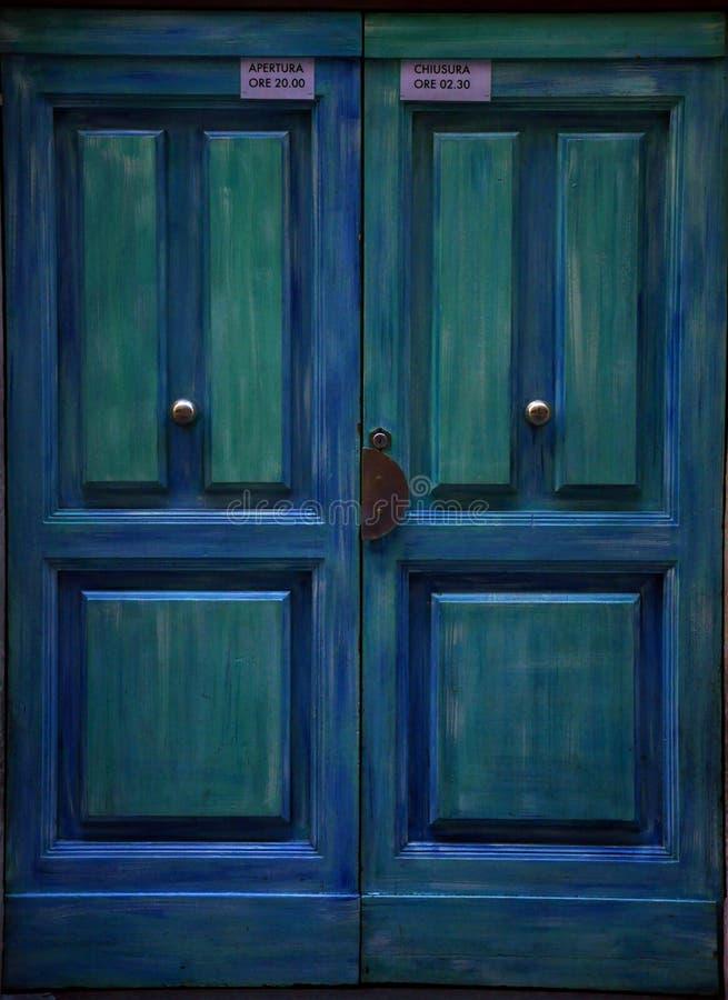 Portello blu in Italia   fotografia stock