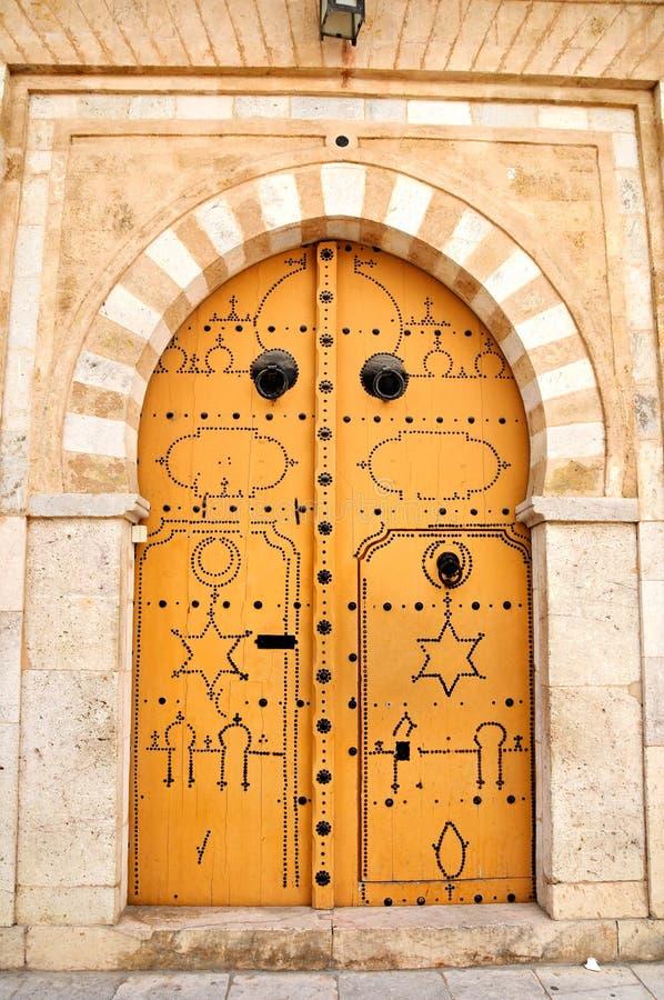 Portello decorato in medina di Tunisi fotografie stock libere da diritti