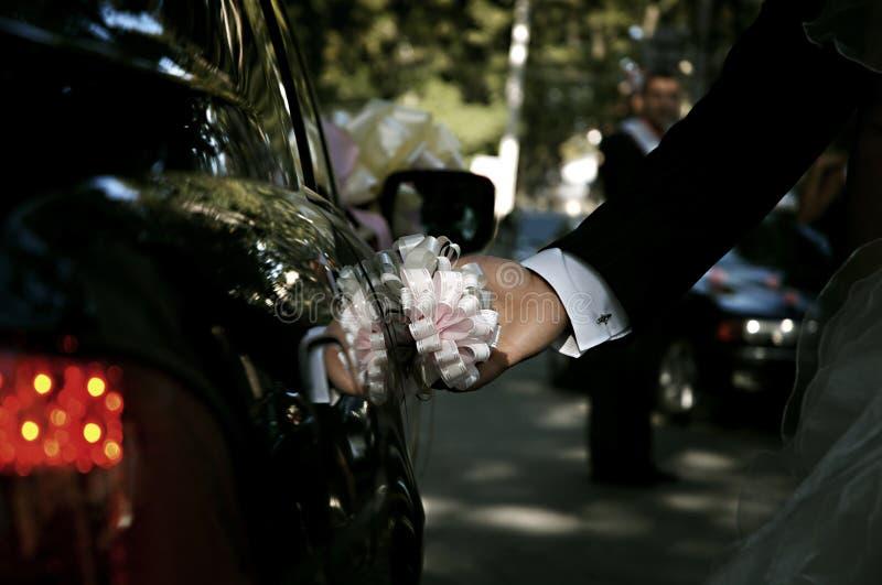 Portello delle limousine di apertura della mano dello sposo fotografia stock libera da diritti