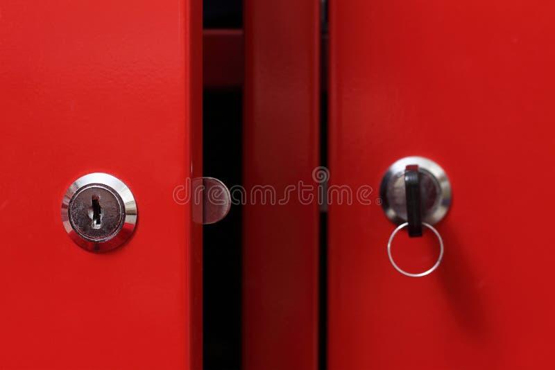 Portello di armadietto rosso fotografia stock libera da diritti