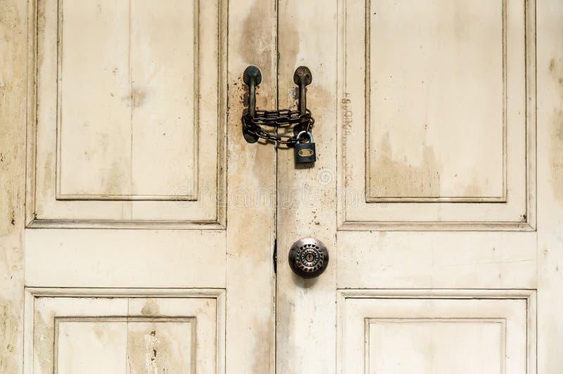 Portello di legno Locked fotografie stock libere da diritti