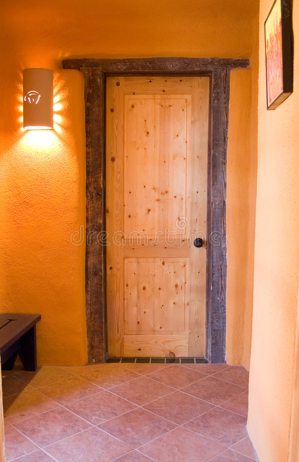 Portello di legno in una casa dell'adobe fotografia stock libera da diritti