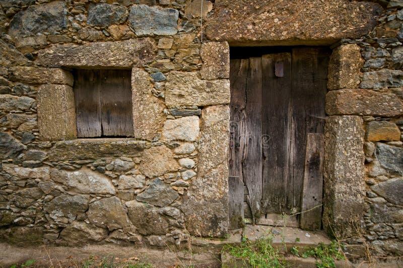 Portello e finestra di legno invecchiati fotografia stock for Finestra legno antica