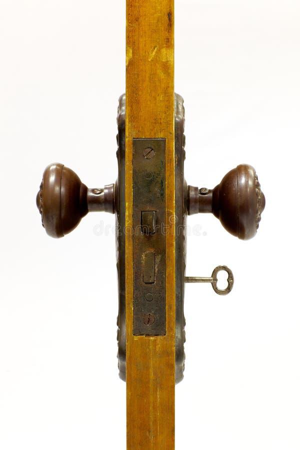 Portello e maniglia di portello antichi con il tasto di scheletro dentro fotografie stock libere da diritti