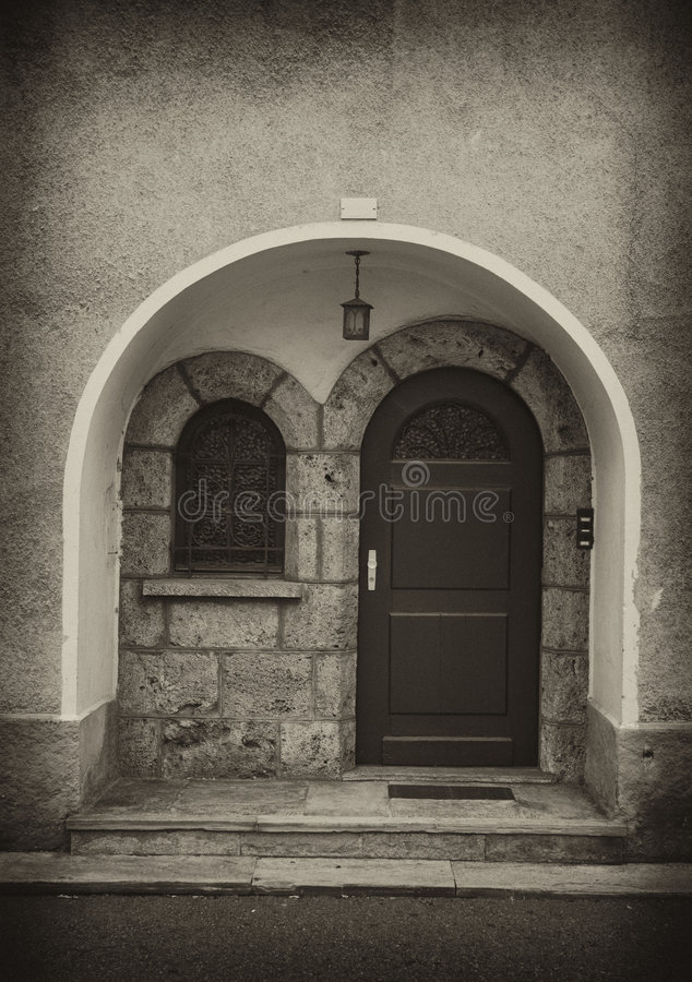 Portello e parete dell'arco nella seppia fotografie stock