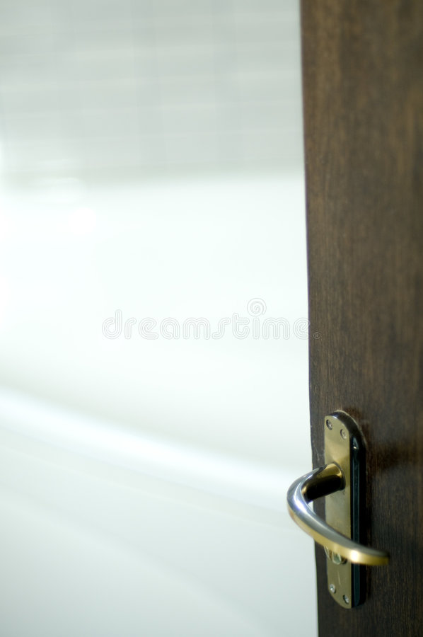 Portello e stanza da bagno di legno fotografia stock