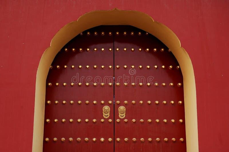 Portello rosso con la maniglia dorata del leone fotografie stock libere da diritti