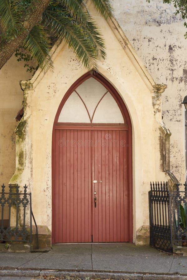 Portello rosso nella vecchia chiesa di Lutheran fotografia stock libera da diritti